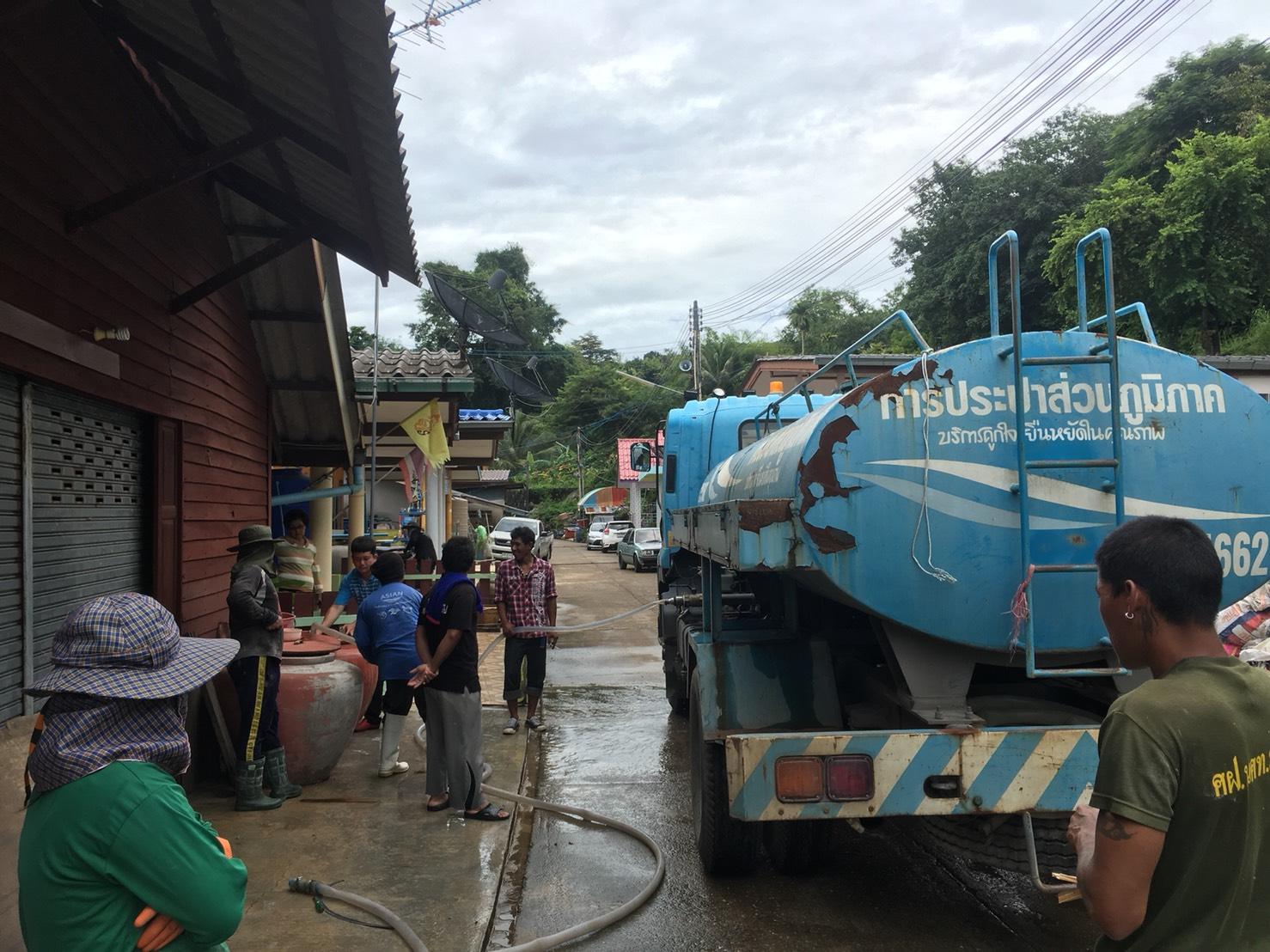 กปภ.สาขาขลุง ส่งรถบรรทุกน้ำแจกน้ำประปาฟรี บรรเทาความเดือดร้อนของประชาชน