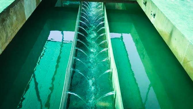 การประปาส่วนภูมิภาคสาขาวิเศษชัยชาญ ล้างถังตกตะกอนโรงกรองน้ำ ตามโครงการจัดการน้ำสะอาด  (Water Safety Plan : WSP)