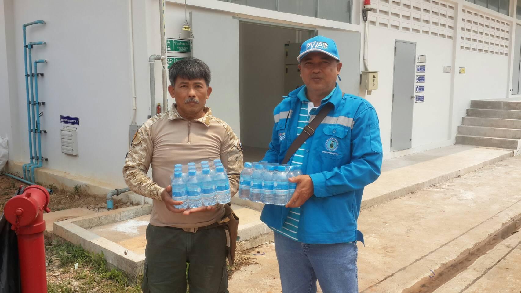 กปภ.สาขาคลองใหญ่ นำโดยนายพินิจ ศิลาแลง ได้มอบหมายให้ นายกะเสษฐ ชอบชูผล หัวหน้างานผลิต มอบน้ำดื่มบรรจุขวด จำนวน 240 ขวดให้แก่เจ้าหน้าที่ป่าชุมชนและประชาชนบ้านท่าเส้น ต.แหลมกลัด อ.เมือง จ.ตราด