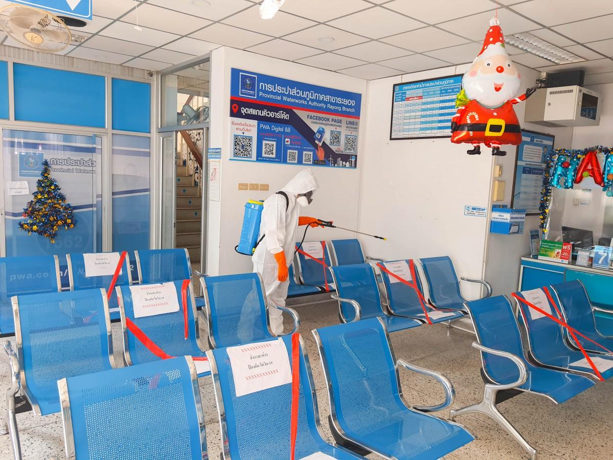 กปภ.สาขาระยอง ฉีดพ่นน้ำยาฆ่าเชื้อเพื่อป้องกันเชื้อไวรัสโควิด-๑๙ ภายในบริเวณสำนักงาน