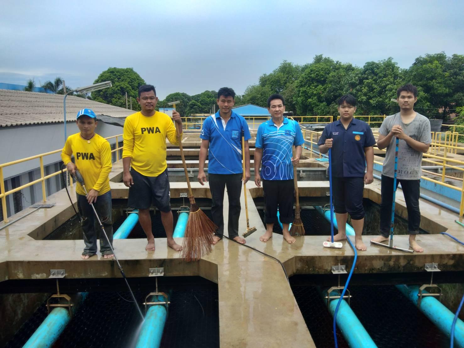 กปภ.สาขากาญจนบุรี ล้างถังตกตะกอนโรงกรองน้ำ