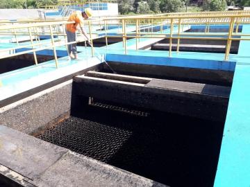 การประปาส่วนภูมิภาคสาขาตราด ดำเนินการล้างถังตกตะกอน 3 และทำความสะอาดรอบบริเวณอาคาร ณ.สถานีผลิตน้ำปลายคลอง 2